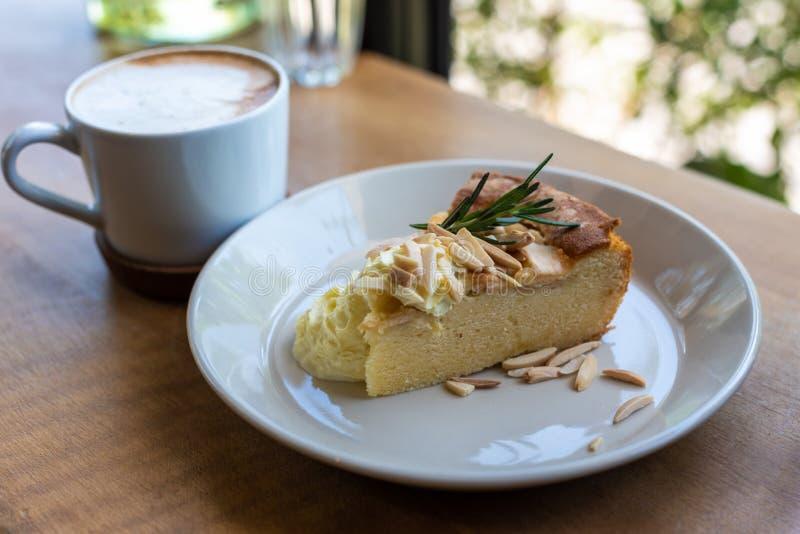 Jabłczanego kulebiaka tort z filiżanką obraz stock