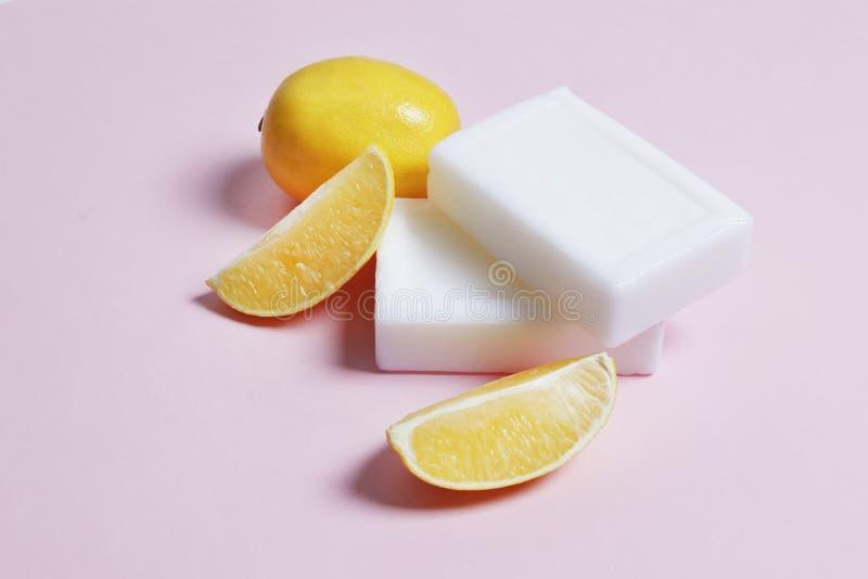 Jabón del limón para las cosas el lavarse y del blanqueo en un fondo rosado fotos de archivo