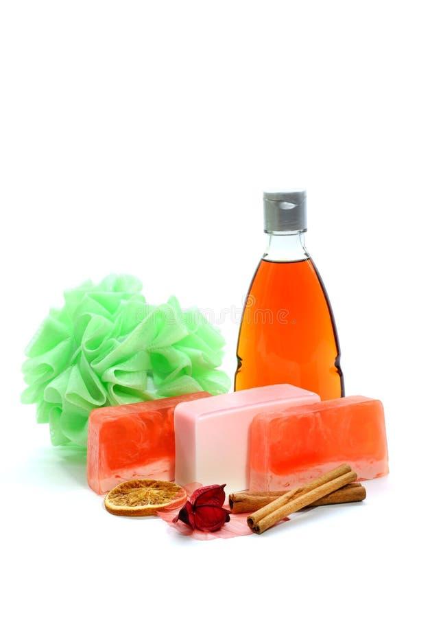 Jabón hecho a mano, botella de color naranja del gel de la ducha, soplo del baño o esponja verde suave y canela imagen de archivo