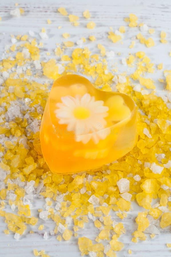 Jabón hecho a mano con con las hierbas y la sal de baño imagen de archivo libre de regalías