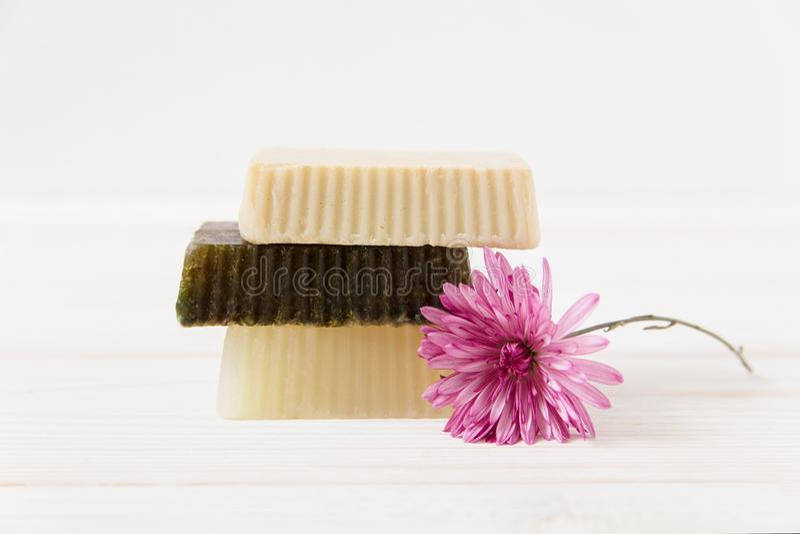 Jabón hecho a mano con la flor Fondo de madera blanco imagen de archivo