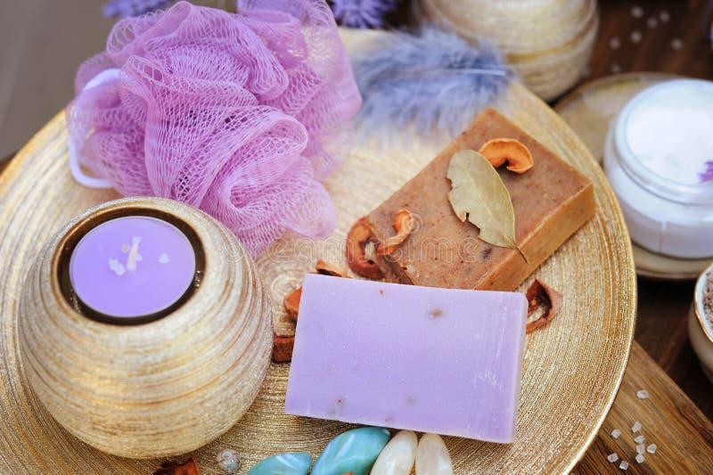 Jabón hecho a mano del artesano de la fruta y de la lavanda, vela aromática de la lavanda, sistema del balneario fotos de archivo