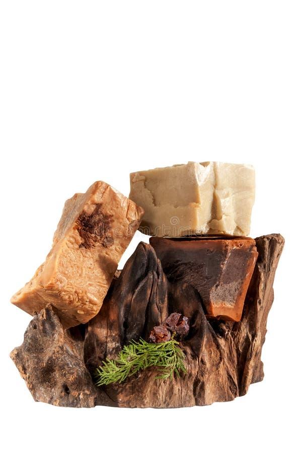 Jabón hecho a mano en el fondo blanco del gancho de la madera de deriva fotos de archivo libres de regalías