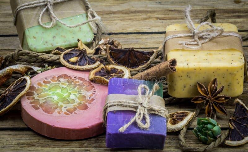 Jabón hecho a mano en fondo de madera fotografía de archivo libre de regalías