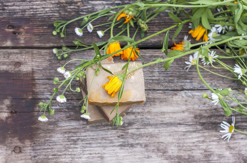 Jabón hecho a mano natural con el calendula en un fondo ligero fotos de archivo libres de regalías