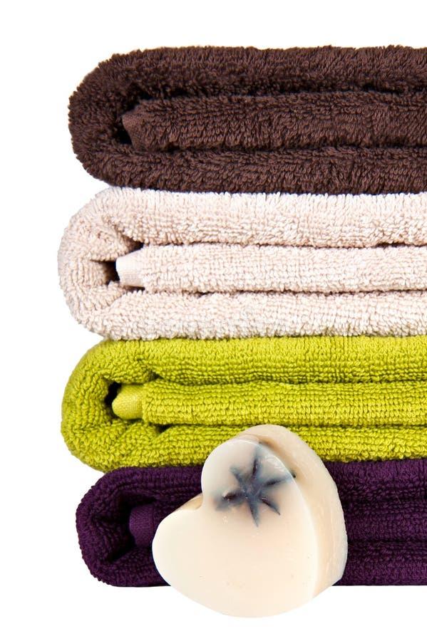 Jabón hecho a mano y toallas coloridas empiladas imagen de archivo libre de regalías