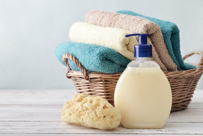Jabón líquido, esponja y toallas fotos de archivo libres de regalías