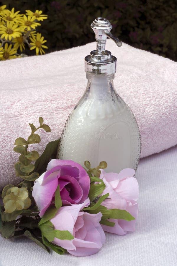 Jabón líquido y flores imagen de archivo libre de regalías