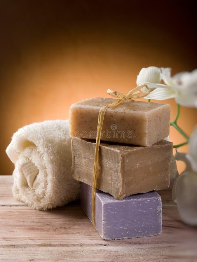 Jabón natural con la toalla imagen de archivo