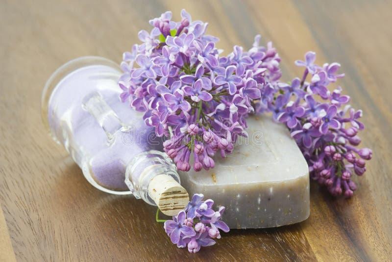 Jabón, sal de baño y flores de la lila foto de archivo libre de regalías