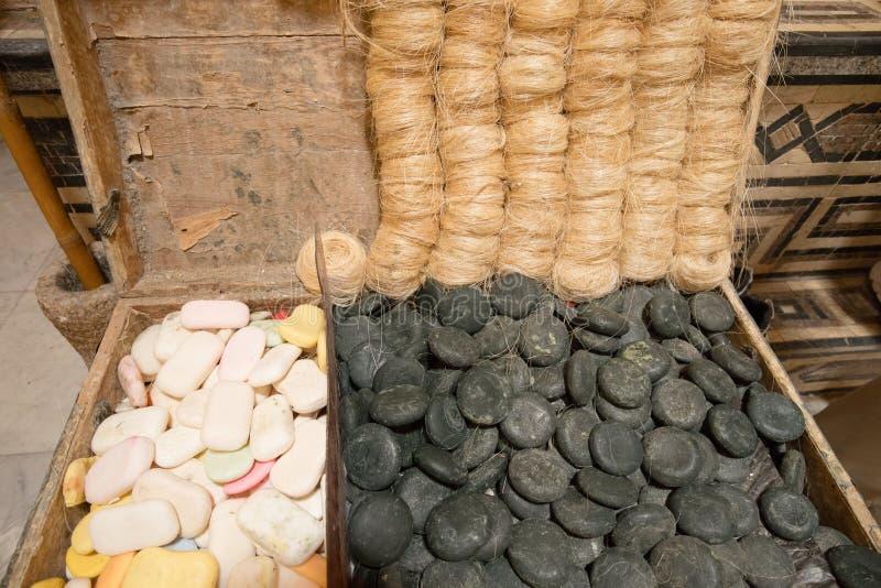 Jabón y accesorios Hammam Al-Abd, un baño público en el centro histórico de Trípoli, Líbano foto de archivo
