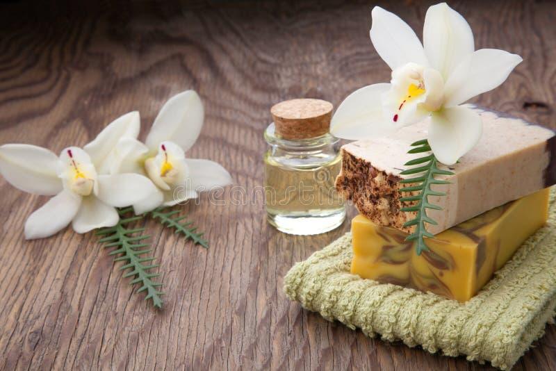 Jabón y orquídeas orgánicos hechos a mano foto de archivo libre de regalías