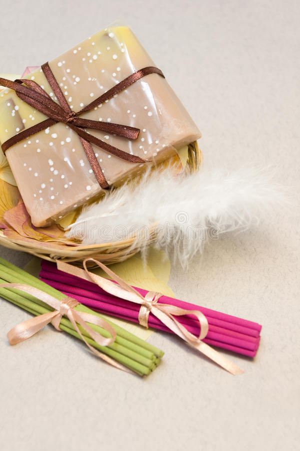 Jabón y palillos aromáticos foto de archivo libre de regalías
