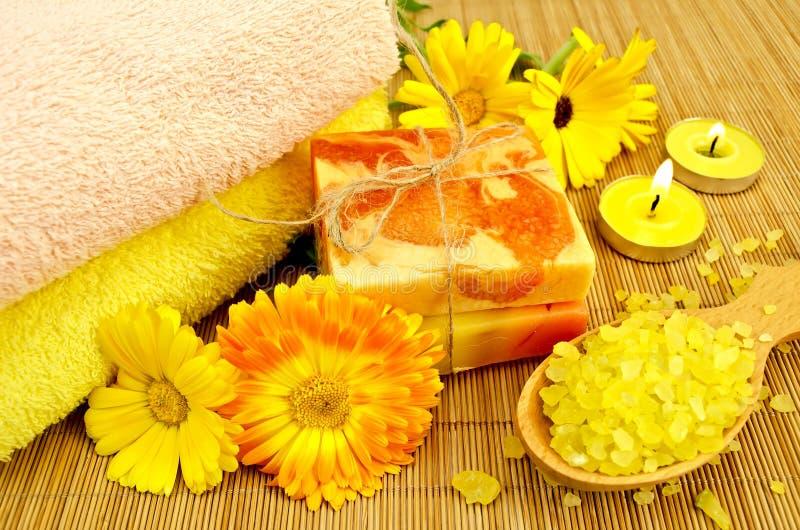 Jabón y sal de baño con el calendula imagen de archivo libre de regalías