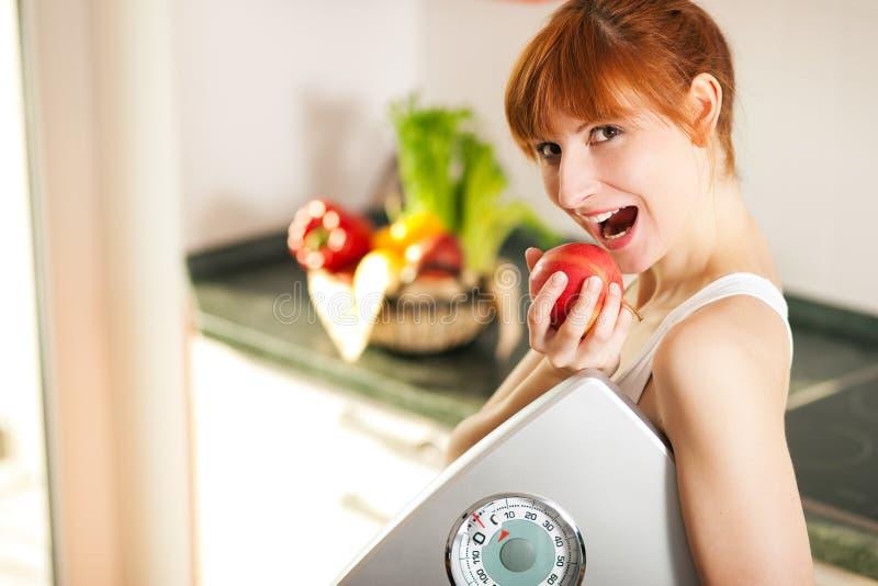 jabłczana gubienia skala ciężaru kobieta zdjęcie royalty free