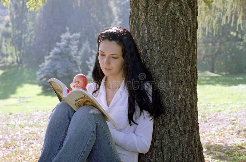 jabłczana kobieta czytelnicza fotografia royalty free