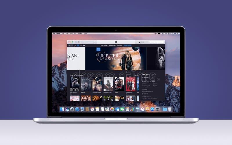 Jabłczana MacBook Pro siatkówka z otwarci itunes filmy app fotografia stock