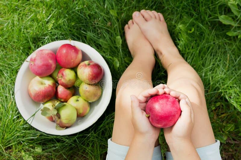 jabłczana ręka wręcza s czerwonej dojrzałej kobiety gwoździom obraz royalty free