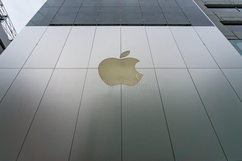 Jabłczana sklep fasada z logem w Ginza ulicie, Tokio, Japonia obraz royalty free