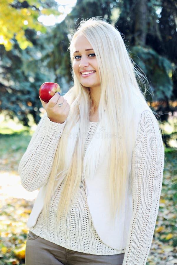 jabłczane plenerowe czerwone kobiety zdjęcia royalty free