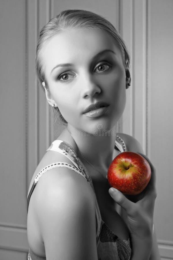 jabłczanego atrakcyjnego mienia kobiety czerwoni potomstwa zdjęcie royalty free