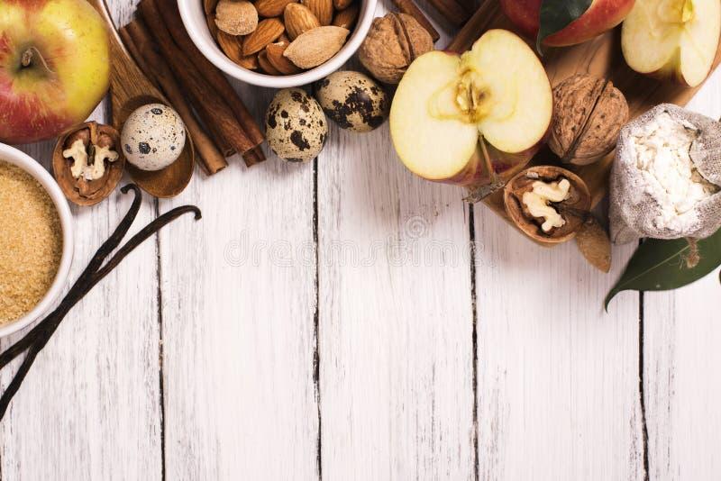 Jabłczanego kulebiaka ingrediens nad białym drewnianym tłem fotografia royalty free