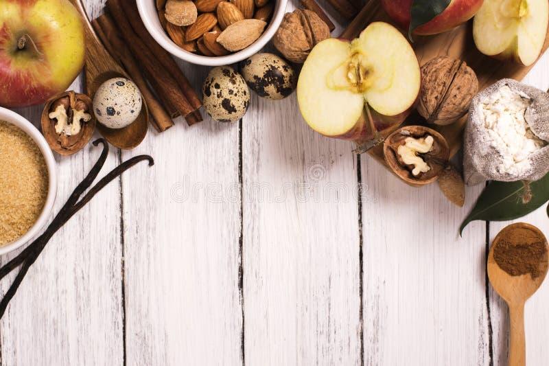 Jabłczanego kulebiaka ingrediens nad białym drewnianym tłem zdjęcie royalty free