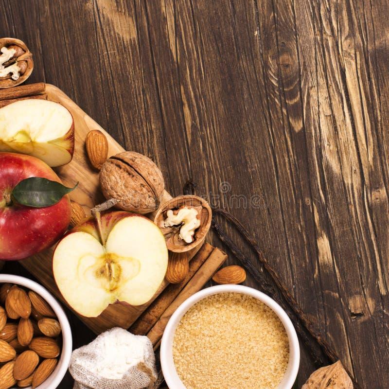 Jabłczanego kulebiaka ingrediens nad brown drewnianym tłem fotografia royalty free