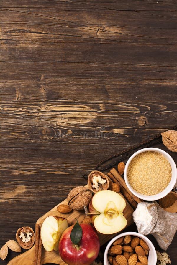 Jabłczanego kulebiaka ingrediens nad brown drewnianym tłem obraz stock