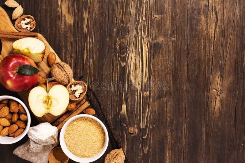 Jabłczanego kulebiaka ingrediens nad brown drewnianym tłem zdjęcie royalty free