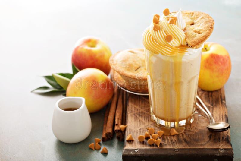 Jabłczanego kulebiaka milkshake z karmelu syropem zdjęcia stock