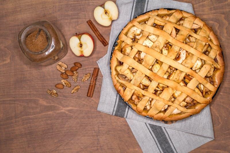 Jabłczanego kulebiaka tarta z rodzynkami, dokrętkami i cynamonem, Tradycyjny deser dla dnia niepodległości w Ameryka Wieśniaka st zdjęcie royalty free