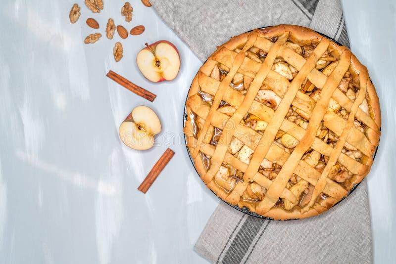 Jabłczanego kulebiaka tarta z rodzynkami, dokrętkami i cynamonem, Tradycyjny deser dla dnia niepodległości w Ameryka Wieśniaka st obraz royalty free