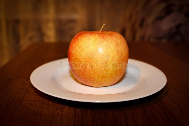 Jabłczany świeży dojrzały smakowity jabłko na stole obraz stock