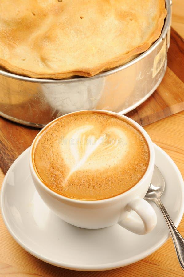 jabłczany cappuccino kawy kulebiak zdjęcie royalty free