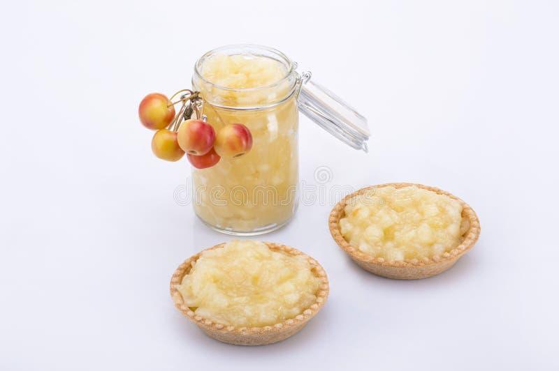 Jabłczany dżem w słoju i dwa tortach z jabłkami obraz royalty free