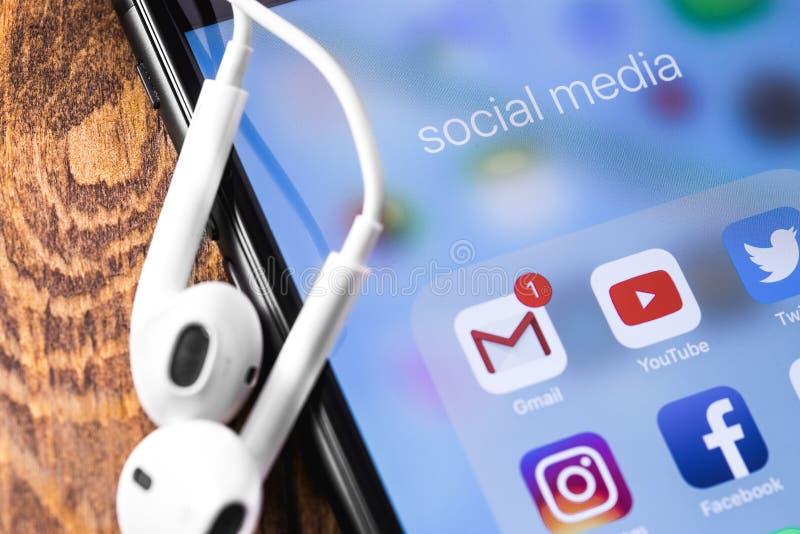Jabłczany Earpods i iPhone z ogólnospołecznymi medialnymi apps obrazy stock