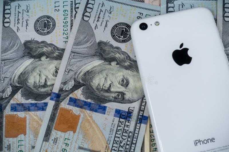 Jabłczany iPhone na tle Stany Zjednoczone waluta obraz royalty free