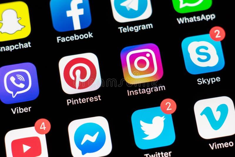 Jabłczany iPhone X z ikonami ogólnospołeczni środki na ekranie zdjęcie royalty free