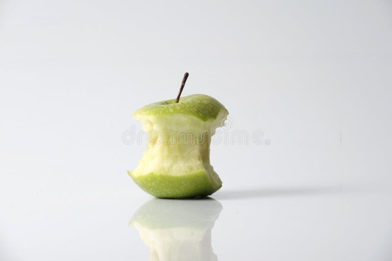 Jabłczany kąsek od dojrzałego zielonego jabłka odizolowywającego na bielu obrazy royalty free