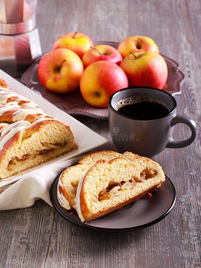 Jabłczany kawowego torta warkocz, słuzyć zdjęcia stock