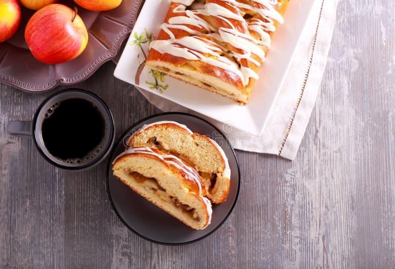 Jabłczany kawowego torta warkocz, słuzyć obraz royalty free