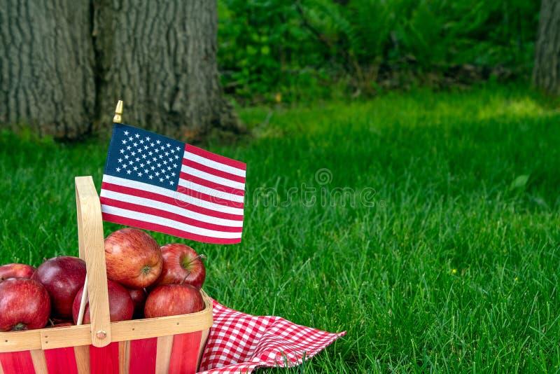 Jabłczany kosz z flagą na tablecloth fotografia stock