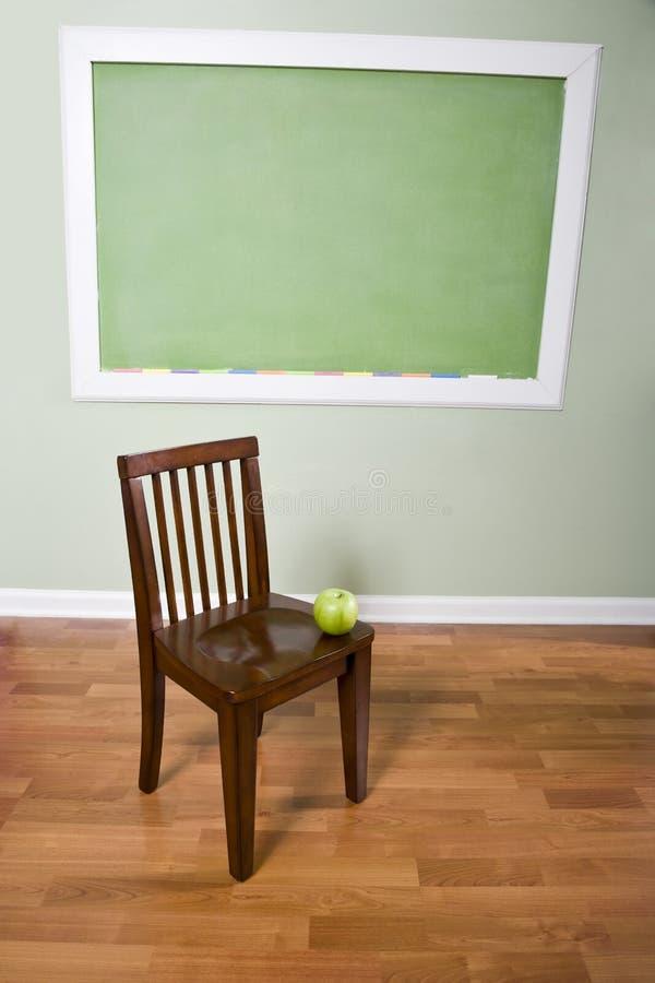 jabłczany krzesła chalkboard edukaci życie wciąż obrazy royalty free