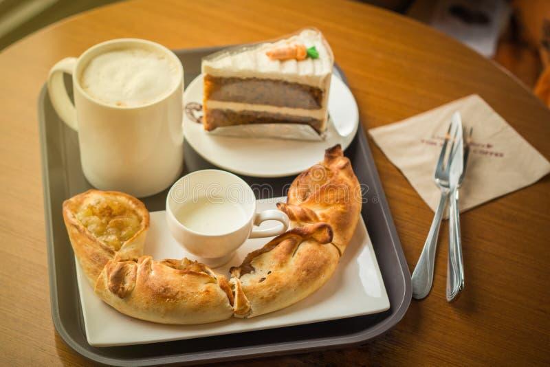 Jabłczany kulebiak i filiżanka Cappuccino kawa obrazy stock