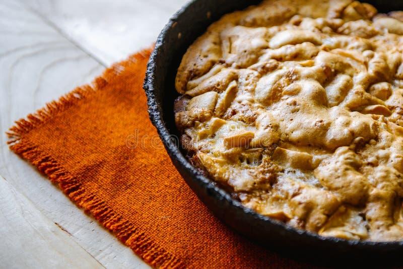Jabłczany kulebiak w rocznik formie Jesień skład z jabłkami i kulebiakiem zdjęcie royalty free