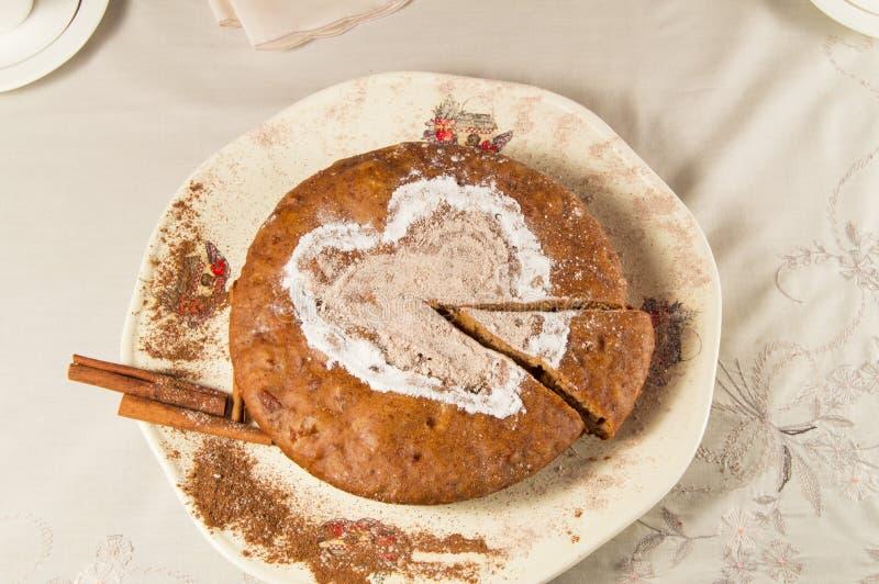 Jabłczany kulebiak z sproszkowanym cukierem i cynamonem Dekoraci serce fotografia royalty free