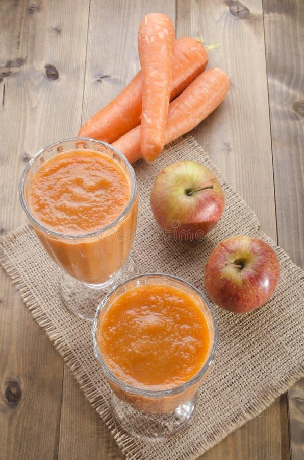 Jabłczany marchwiany smoothie w szkle obrazy stock