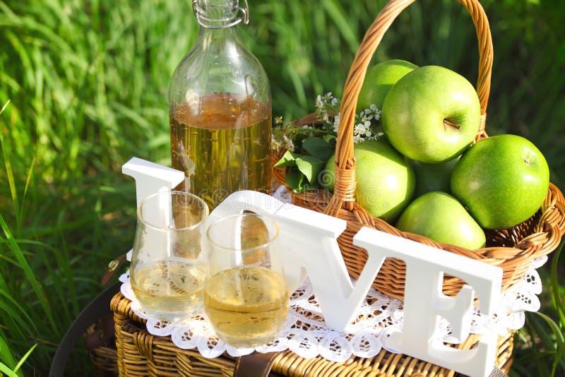 Jabłczany napój outdoors zdjęcia stock