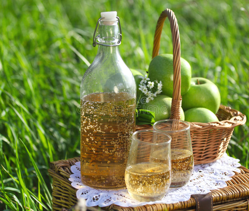 Jabłczany napój outdoors fotografia stock